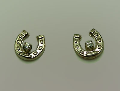 M7000_WGD Small Horseshoe with Diamonds Earrings